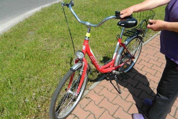 Pri nehode sa zranila žena na červenom bicykli.
