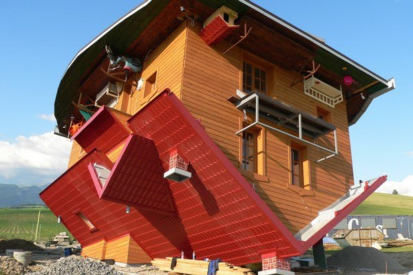 Návštevníci prevráteného domu majú problém s telesnou koordináciou nielen vo vnútri, ale po návšteve aj von. Môže za to poloha hore nohami a niekoľkostupňový sklon budovy.