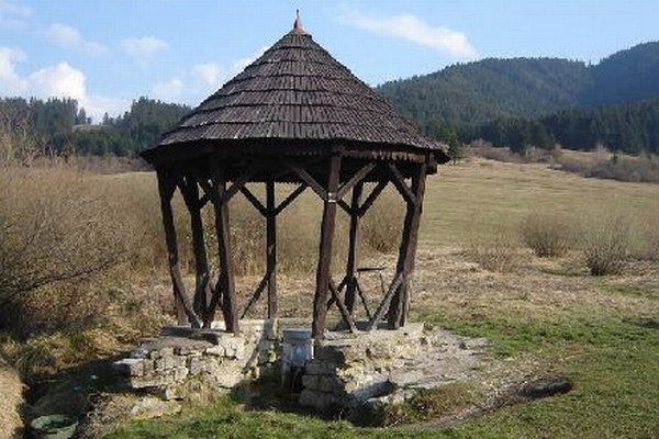 Upravený a strechou zakrytý prameň v Ludrovej.