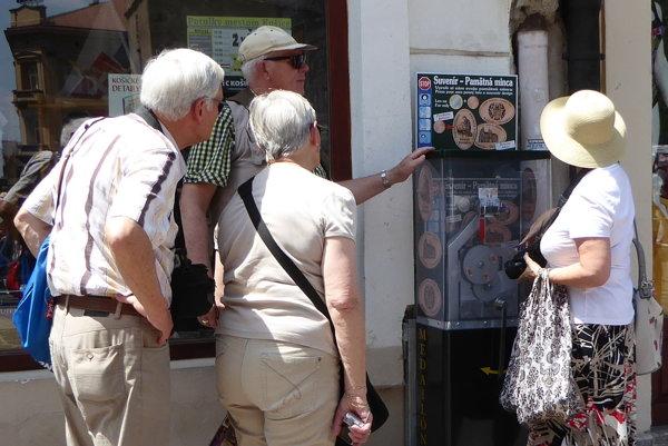 Turisti v Košiciach. Nakupujú suveníry.