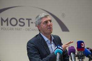 Béla Bugár počas tlačovej konferencie po rokovaní predsedníctva strany.