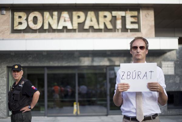 Pred bytový komplex Bonaparte, v ktorom býva premiér Robert Fico, chodili protestovať tisíce ľudí počas celého leta minulého roku.