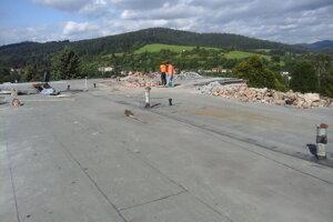 Na ZŠ v Turzovke rekonštruujú strechu.
