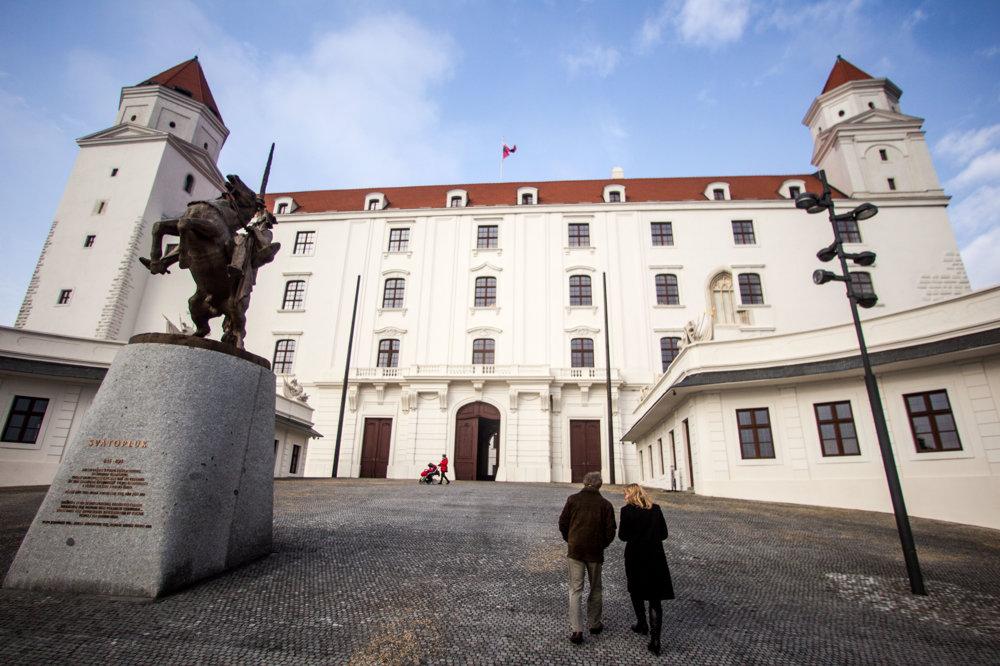 Bratislavský hrad má rozlohu okolo 6,8 hektára.