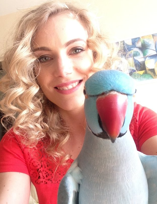 Herečka so svojím obľúbenom - papagájom Gustom.