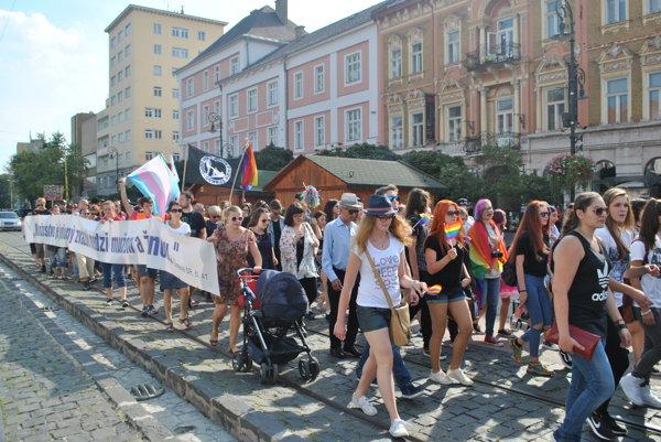 Kráčali vedľa seba. Dúhovému pochodu dotvárali kolorit odporcovia neheterosexuálov, ktorí putovali mestom vedno snimi.