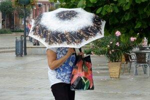 Dnes bude pršať. Aj sa riadne ochladí.