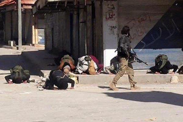 Modliaci sa militanti po dobytí mesta Džisr aš-Šughúr.