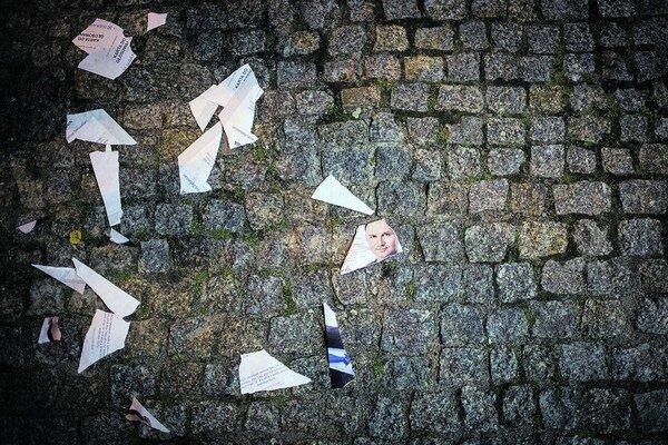 Roztrhaná fotografia Andrzeja Dudu. Poľskí liberáli sa obávajú o krajinu, ak sa dostane k moci.
