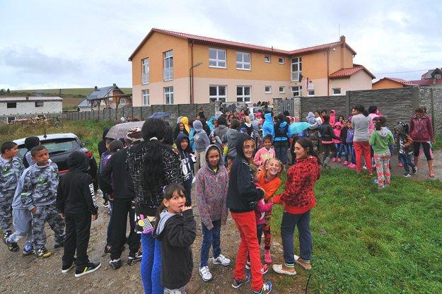 Podľa štatistiky, ktorú si robil starosta Rakús pred troma rokmi, bolo 48 percent obyvateľov osady do 15 rokov. Foto z otvorenia školského roka 5. septembra 2016.