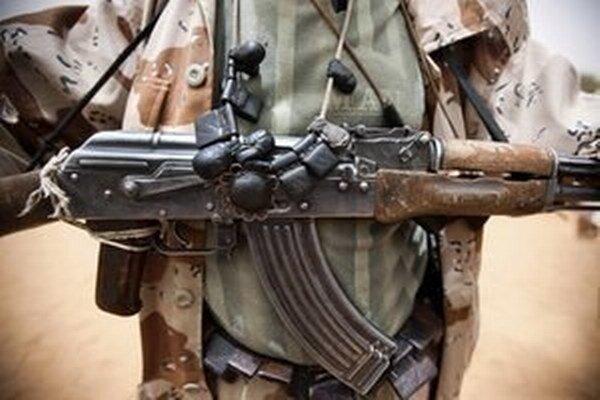 Pri policajnom útoku zomrelo ďalších päť osôb a 30 ľudí policajti zadržali pre podozrenie z terorizmu.