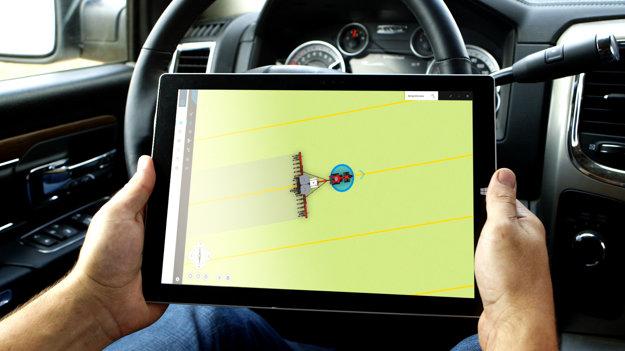 Autonómny traktor je možné ovládať a monitorovať napríklad cez tablet
