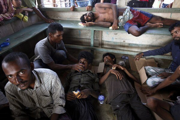 Stovky migrantov uviazli na mori bez jedla a pitia.