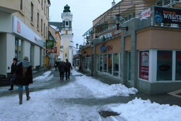 N stav chodníkov sa sťažovalo viacero obyvateľov Prievidze.