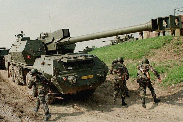 Prezentácia 5.delostreleckej brigády z Jelšavy 27. mája 1999 vo vojenskom výcvikovom priestore Lešť pre pozorovateľov účastníckych štátov OBSE. Na snímke ukážka samohybnej húfnice Zuzana.