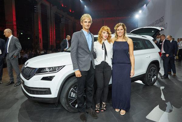 Slovenskí športovci Veronika Velez-Zuzulová, Peter Velits a herečka Vica Kerekes (v strede) na predstavení Škody Kodiaq.