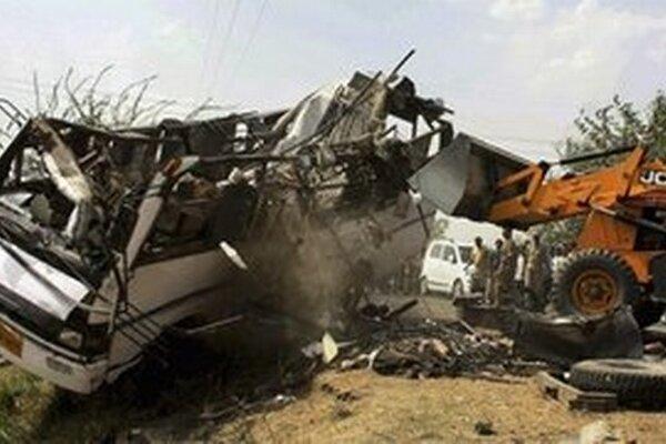 Autobus spadol do vyše 30 metrov hlbokej rokliny.