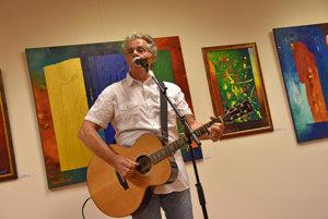 Pavol Hammel návštevníkom vernisáže aj zaspieval.