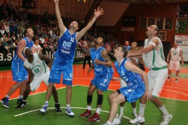 Domáci bojovali do posledných sekúnd, basketbalisti Handlovej ale víťazstvo z rúk nepustili.