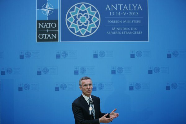 Jens Stoltenberg reční počas tlačovej konferencie NATO.