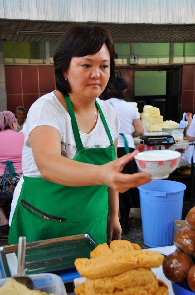 Miska šubatu, fermentovaného ťavieho mlieka.