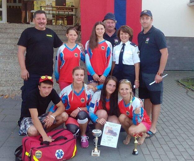 Úspešný tím so starostkou obce Skalité Andreou Šimurdovou.