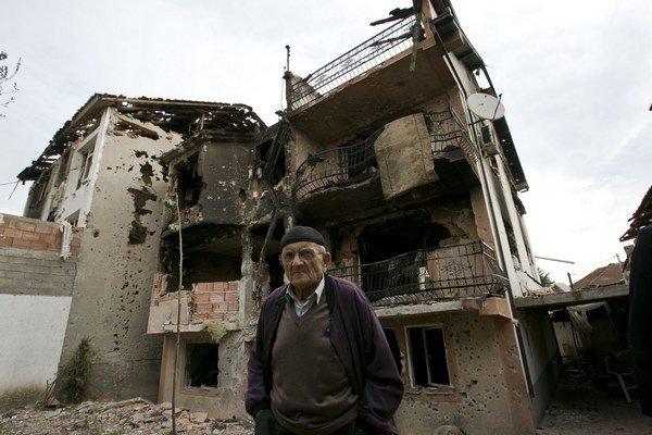 Obyvateľ stojí pred zničeným domom na území, kde prebiehala dvojdňová operácia macedónskej polície proti ozbrojenej skupine v macedónskom meste Kumanovo 11. mája 2015.