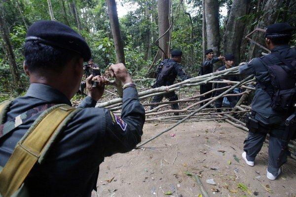 Thajskí policajti v jednom z táborov v džungli.