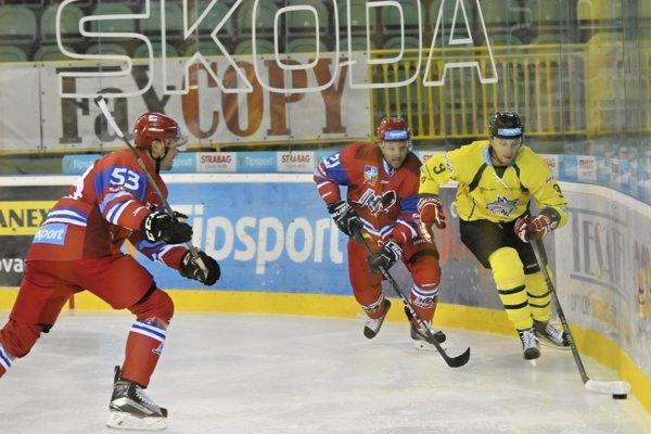 Na snímke zľava Igor Bobček a Róbert Huna (obaja Liptovský Mikuláš) a Matúš Matis (MsHK Žilina) počas hokejového zápasu 1.kola Tipsport Ligy MsHK Žilina - MHk 32 Liptovský Mikuláš 9. septembra 2016 v Žiline.