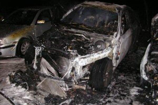 Podpaľač spôsobil majiteľovi auta škodu vo výške 26 600 eur.