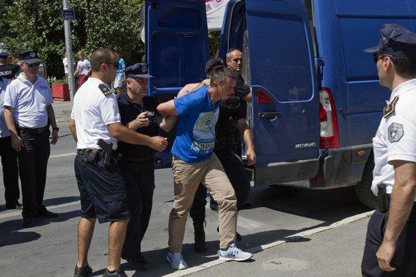 Migranti požiadali o štatút utečenca. Prevádzačov zadržala polícia, čelia obvineniu z trestného činu prevádzačstva.