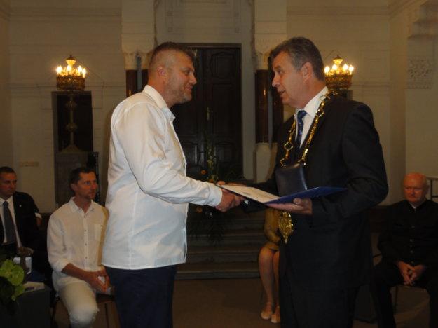 Cenu pre Volejbalový klub Bystrina SPU prevzal Róbert Pullman, výkonný riaditeľ klubu.
