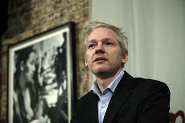 Julian Assange sa preslávil zverejňovaním tajných dokumentov z prostredia americkej diplomacie.