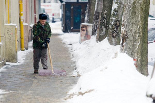 Počas zimy musia byť chodníky očistené od snehu.