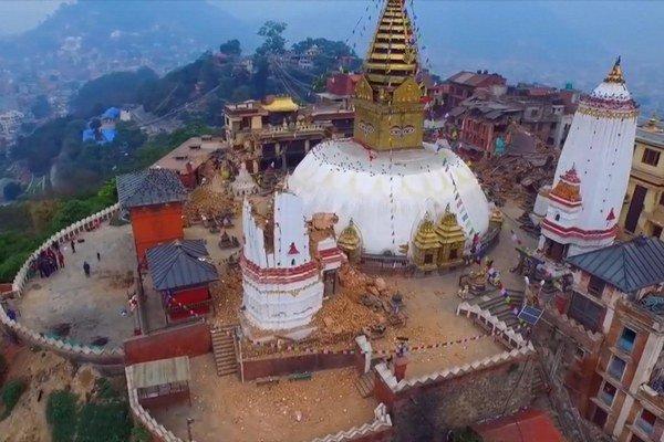 Na snímke z 25. apríla 2015 z videozáznamu dronu je vidno rozsah škôd v nepálskom Káthmandu po ničivom zemetrasení.