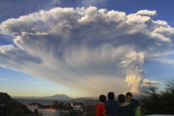 Deti v Puerto Varas pozorujú výbuch sopky Calbuco.