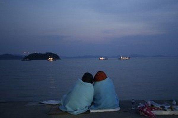 Príbuzní obetí sledujú miesto na mori, kde sa kórejských trajekt potopil.