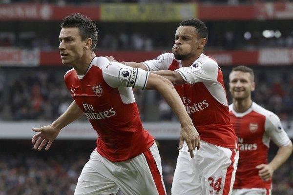 Laurent Koscielny (vľavo) v drese Arsenalu.