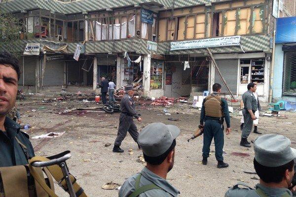 Útočník odpálil bombu pred bankou počas jazdy na motocykli.