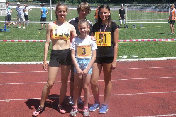 Štyria zo skupiny mladých atlétov AC, ktorí úspešne reprezentovali vBrne. Zľava Lea Farkas, Marek Vallo, Janka Kusyová avpopredí sčíslom 3 Laura Tomanová