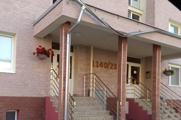 Miesto tragédie, vchod do bytovky, kde zahynula 33-ročná Lenka a ťažko sa zranil jej syn Radovan.