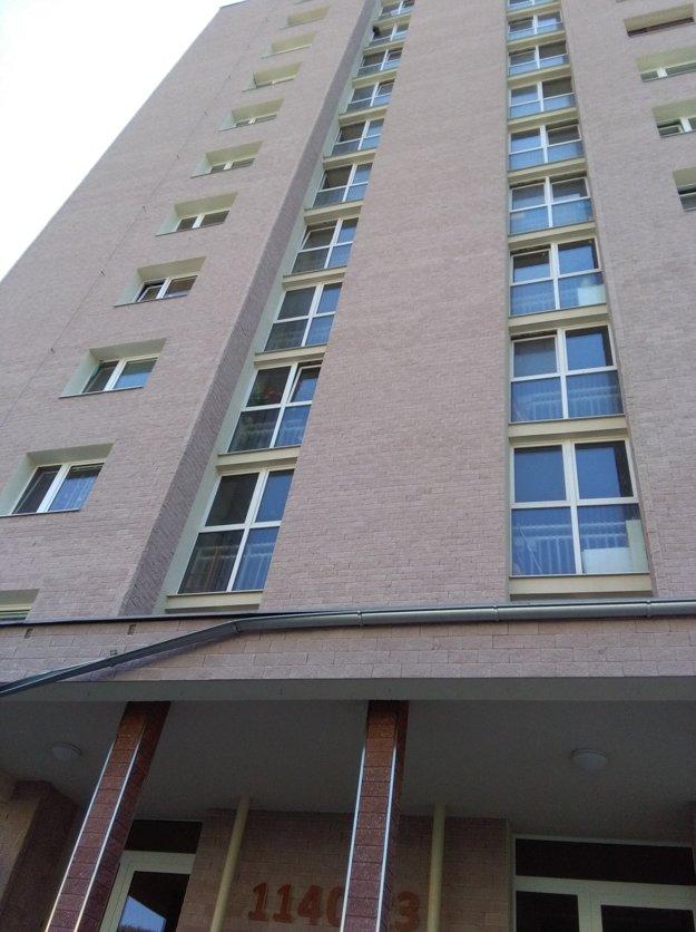 Bytovka na sídlisku Západ v Trstenej, žena a dieťa vypadli z 9. poschodia.