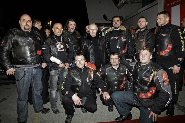 Vladimír Putin pózuje s členmi srbskej odnože motorkárskeho združenia Noční vlci v Belehrade 23.marca 2011.