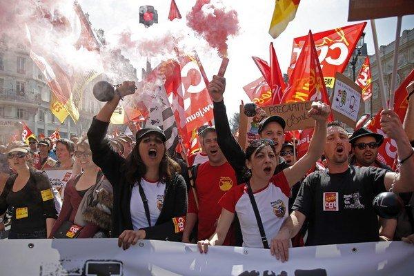 Ulicami Paríža pochodovali tisíce demonštrantov s píšťalkami a odborovými symbolmi, aby podporili rôznorodé hnutie pracovníkov verejného i súkromného sektora.
