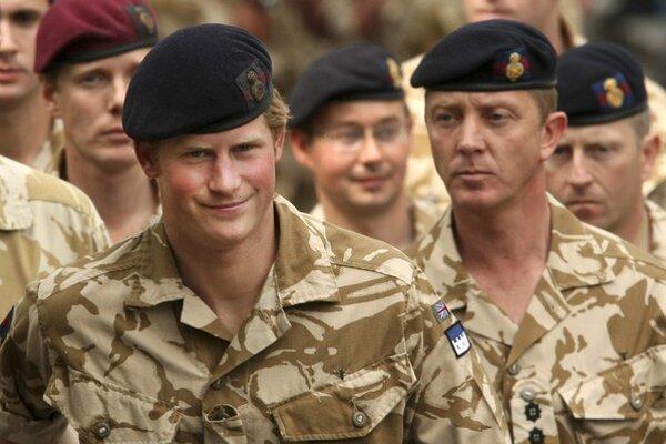 Na achívnej snímke z mája 2008 britský princ Harry (vľavo).