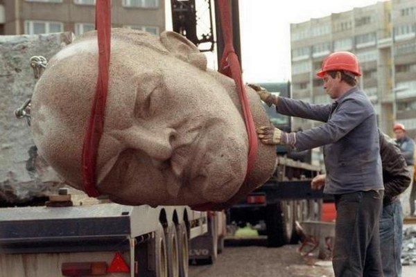 Leninovu sochu po zjednotení Nemecka rozobrali, len hlava ostala vcelku.