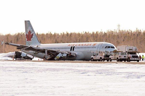 Havarované lietadlo na letisku v Halifaxe.