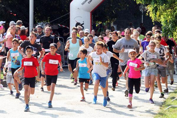Na štart hobby behu na 3 km sa postavili bežci všetkých vekových kategórií.