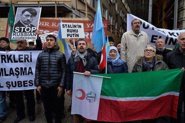 Mnohí z Krymských Tatárov vnímajú návrat pod správu Moskvy s nevôľou.