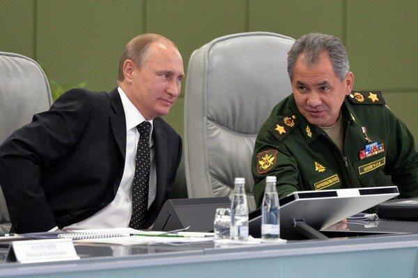 Na snímke prezident Vladimir Putin  a minister obrany Sergej Šojgu.